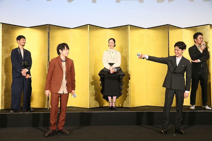 (左から)浅田政志、二宮和也、黒木華、妻夫木聡、中野量太監督