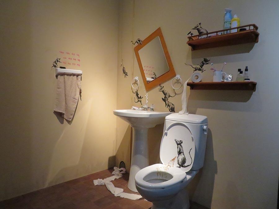 コロナ禍の自粛期間中に自宅トイレに描いた新作を再現したインスタレーション