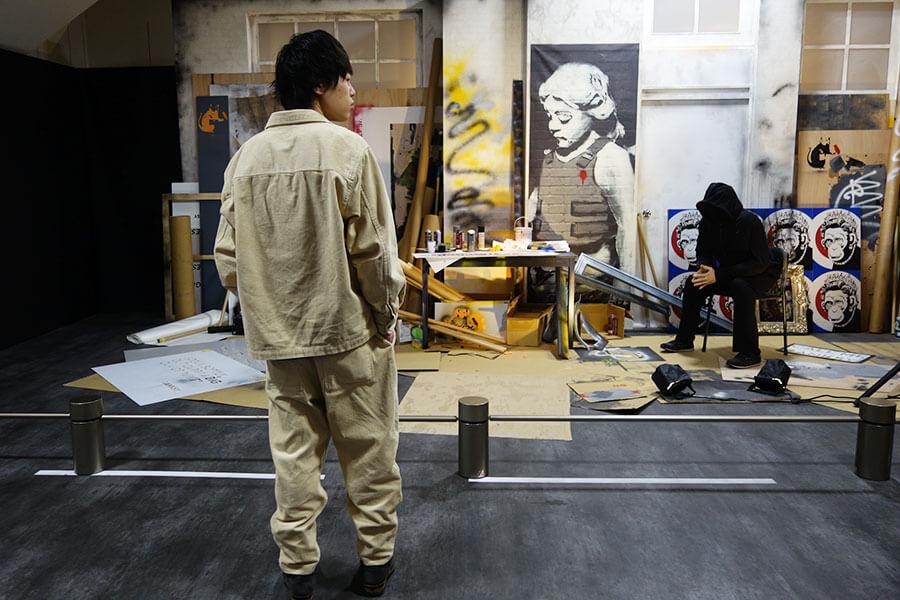 バンクシーのスタジオを再現したスペース。ステンシル、スプレー、そして謎の人物像。どんな人なのか妄想が膨らみます