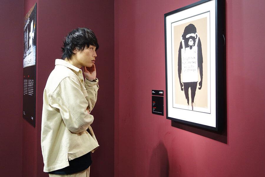 サルをモチーフにさまざまな作品を描くバンクシー。写真は「ラフ・ナウ」