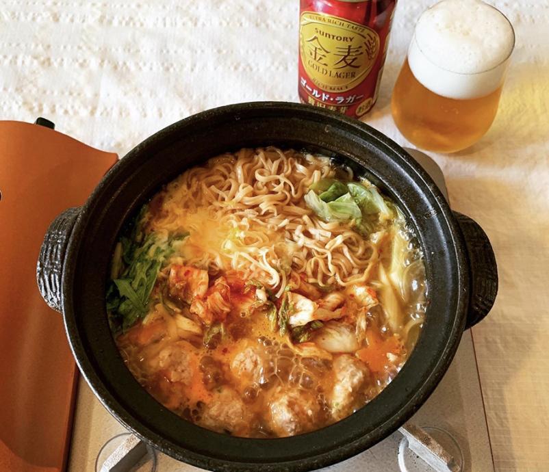 「鶏団子塩ちゃんこ鍋」の後半は、キムチなどをプラス、刺激的なアレンジで