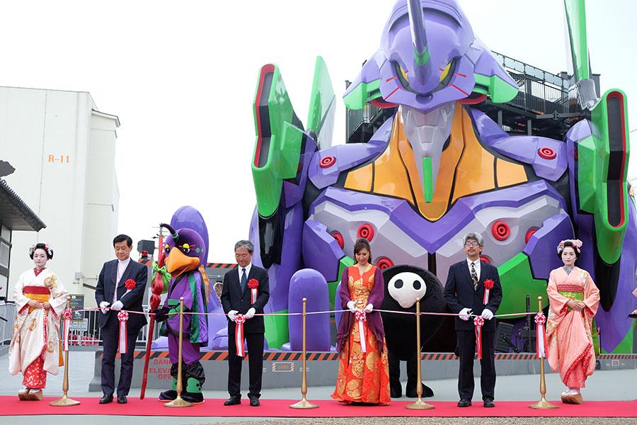 「東映太秦映画村」でおこなわれたイベントの様子。オープニングイベントでは、高橋洋子ほか、東映株式会社代表取締役社長の手塚治、同社代表取締役グループ会長の岡田祐介らがテープカットを行った