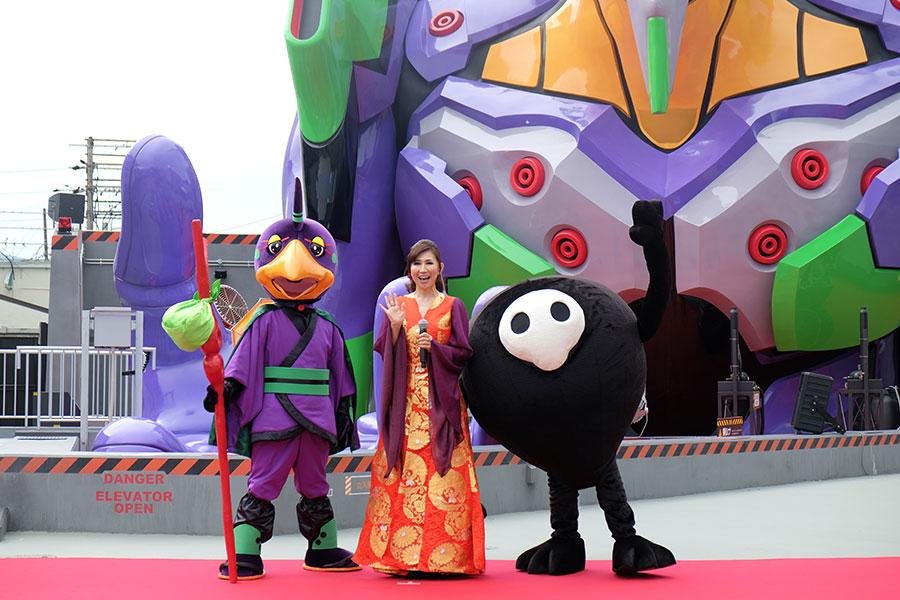 「東映太秦映画村」のキャラクター・かちん太リオン(写真左)、高橋洋子、ゆるしと