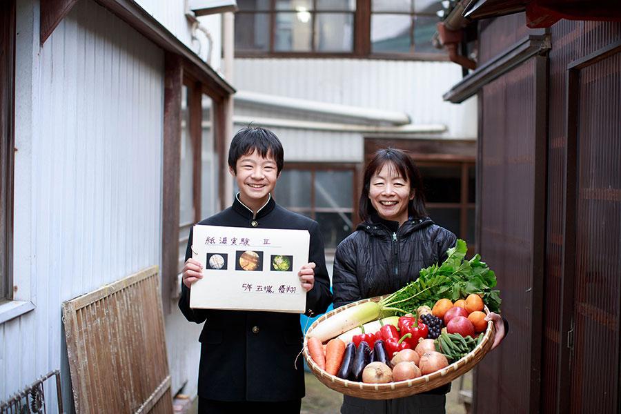 畑で採れた野菜などを使って、研究を続けた五十嵐優翔くんと、伝統工芸士である母の匡美さん