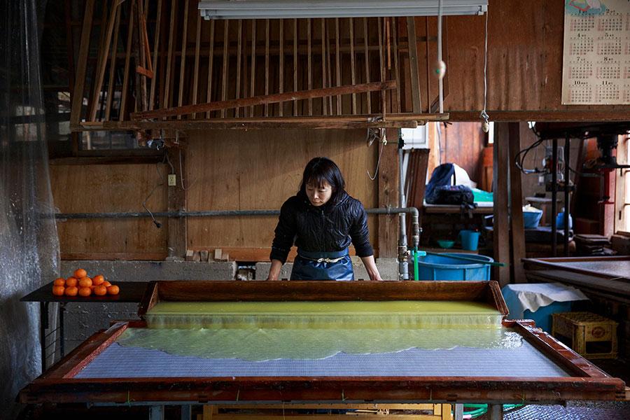 「Food Paper」を作るため、廃棄される野菜や果物に、楮や麻を混ぜて、手で漉いていく