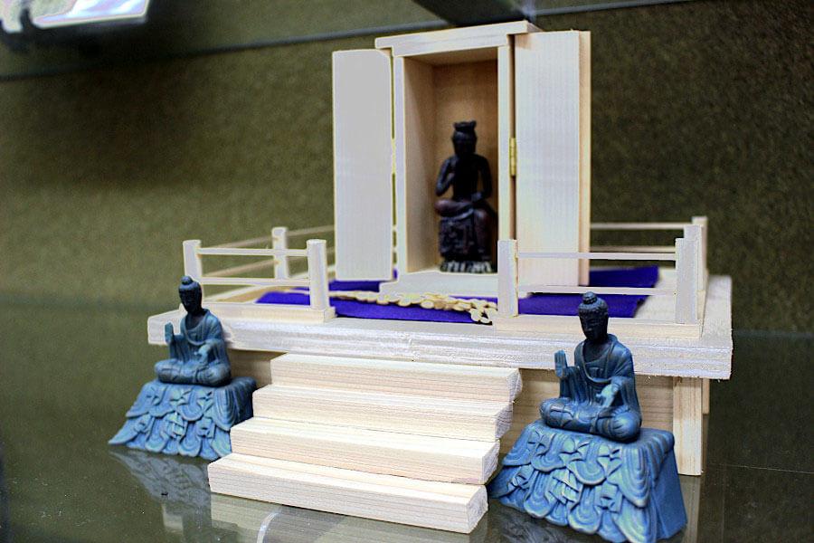 静岡在住の熱烈な同店ファンであるフォロワーが、ミニサイズのお堂と仏像作品を制作し店に寄贈(非売品)