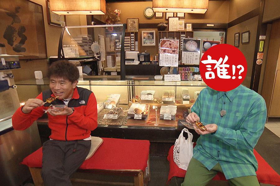 大阪・十三に本店を構える「喜八洲総本舗」でみたらし団子を堪能(写真左から浜田雅功、相方)写真提供:MBS