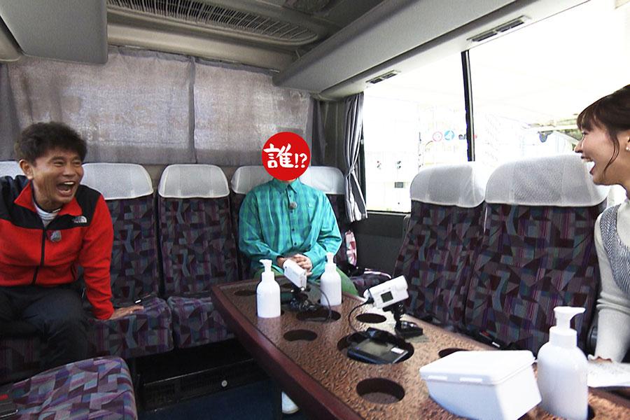 移動中、新人の山崎香佳アナも交えて、バスでトーク(写真左から浜田雅功、相方、山崎香佳アナ)写真提供:MBS