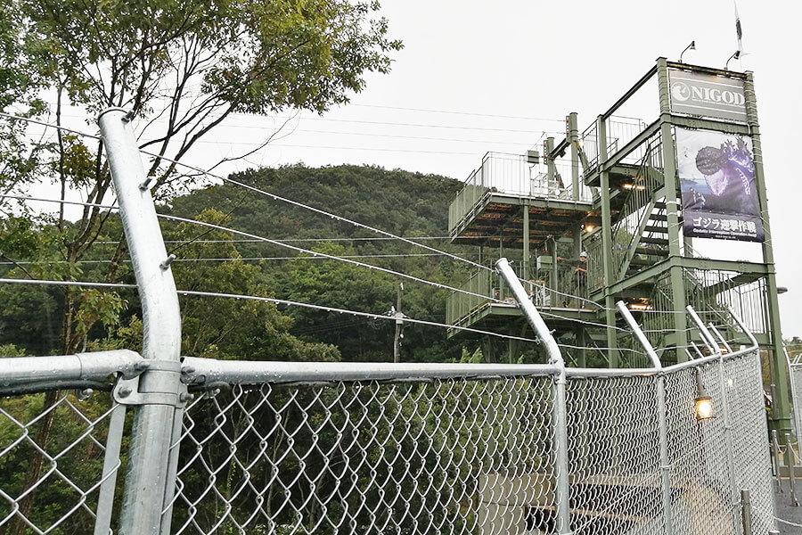 この塔を登ってジップラインへ。。TM &(C)TOHO CO.,LTD.