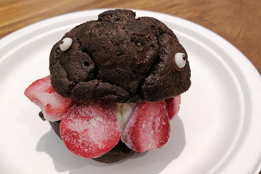 キッチンカーで購入できるゴジラシュークリーム。フローズンストロベリーとアイスクリームがカレー後のデザートに好相性。550円(税別)。TM &(C)TOHO CO.,LTD.