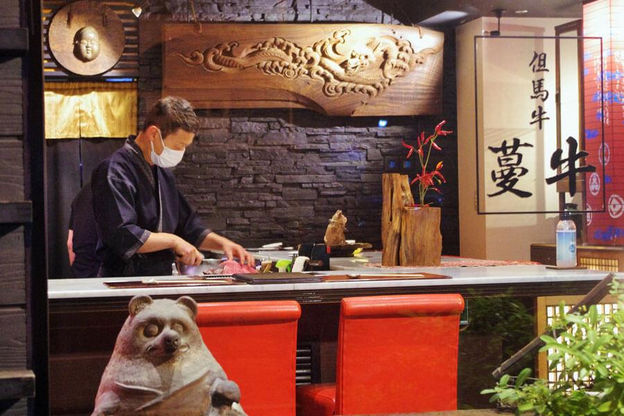 「常連客に支えられている」と話す藤原広斗さんのお店「炭火焼肉 蔓牛(つるぎゅう)」(9月20日)
