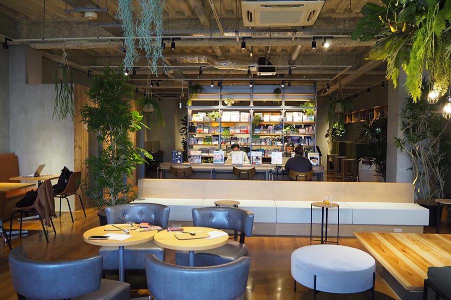リニューアルオープンで、「カフェラウンジ」(72席)が利用できる「TSUTAYA牧野高校前店」