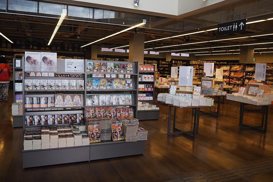 1階「本のフロア」もリニューアルされ、全国の「TSUTAYA」で人気の「ベスト1000」が並ぶ。(カフェへの持ち込みは3冊まで)