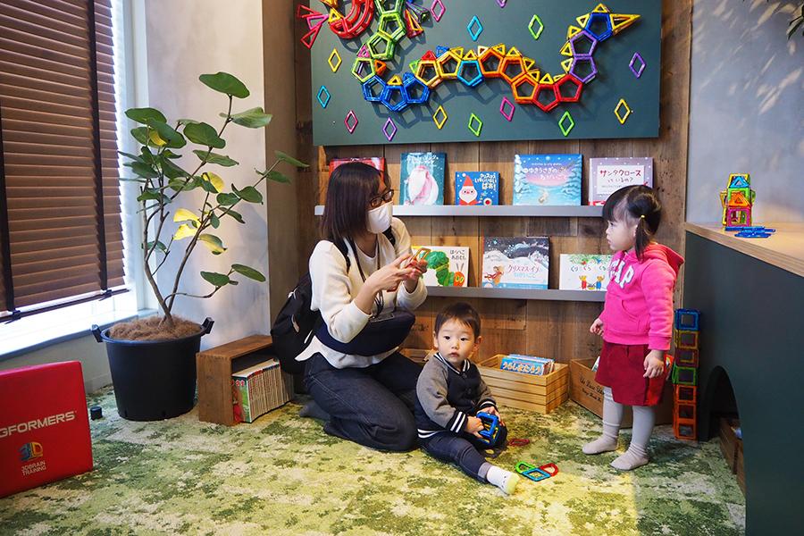 絵本やおもちゃで遊べる子ども用スペースも完備