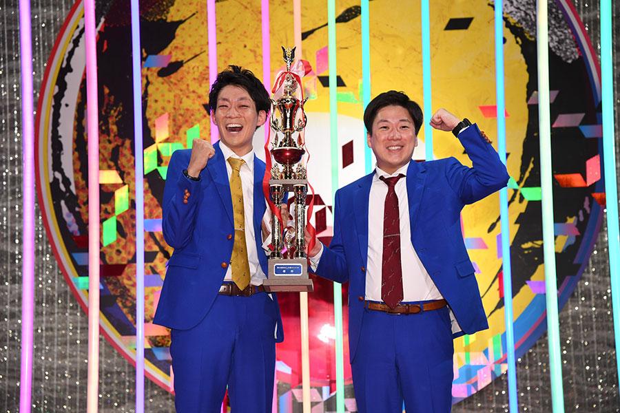 優勝後のコメントでは、「喉をつぶしたとうと思うくらい頑張ろうと思ったけど、明日ラジオがあるしやめときました」と皆川が笑いを誘った(C)NHK
