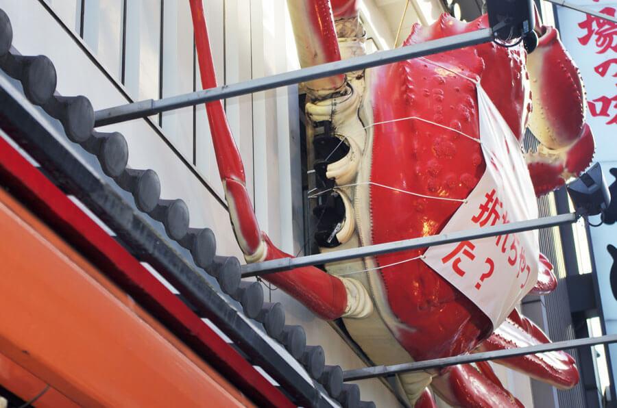 脚が修理に出された「かに道楽道頓堀本店」の巨大看板(10月20日・大阪市中央区)