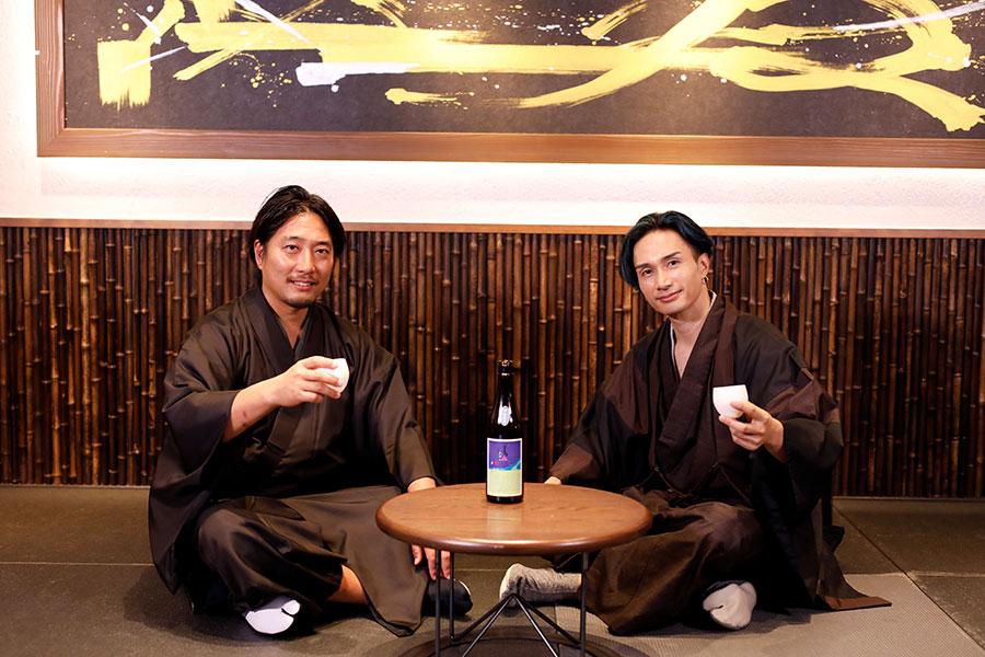 3日の様子(左から松本酒造の杜氏・日出彦さん、橘ケンチ)