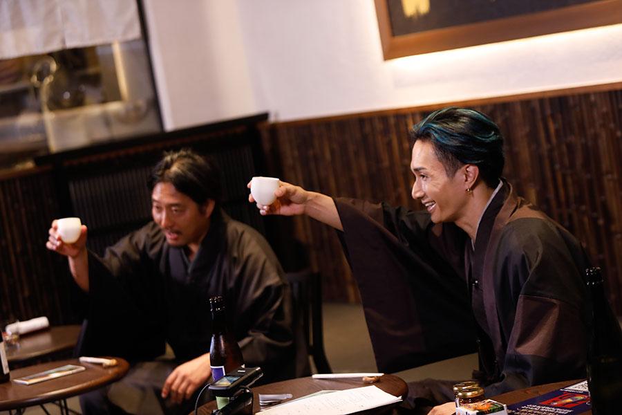 乾杯する様子(左から松本酒造の杜氏・日出彦さん、橘ケンチ)