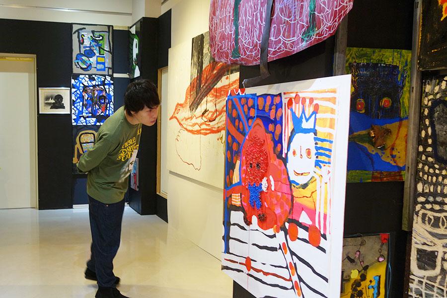 壁にびっしりと作品が会場を埋め尽くし、隅々まで見て巡ったリリー