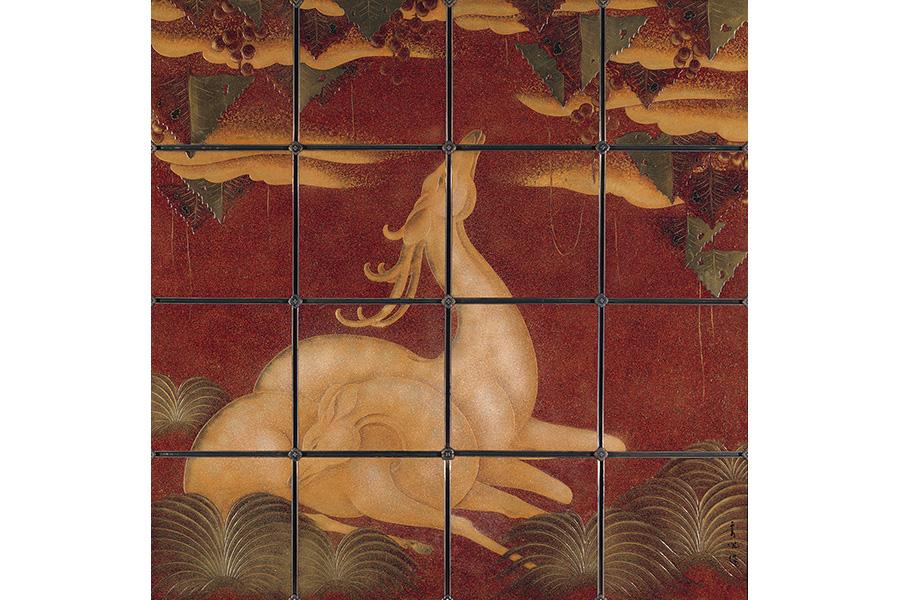 奥村霞城《鹿の図漆パネル》1937年 京都市京セラ美術館蔵  開催期間:2021年10月2日(土)~12月5日(日) 京都の市中を囲む三方の山並みが色とりどりに染まる秋には、 日本屈指の近代洋画家で、 京都高等工芸学校や聖護院洋画研究所(後の関西美術院)で教育者としても京都の芸術シ