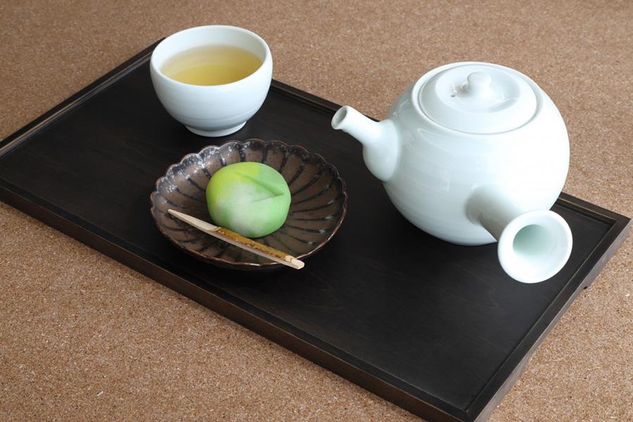 ほうじ茶とのセット 1050円。2020年春のコレクションルームにあわせた「京菓子司 金谷正廣」のコラボ和菓子。丹羽阿樹子《遠矢》をモチーフに