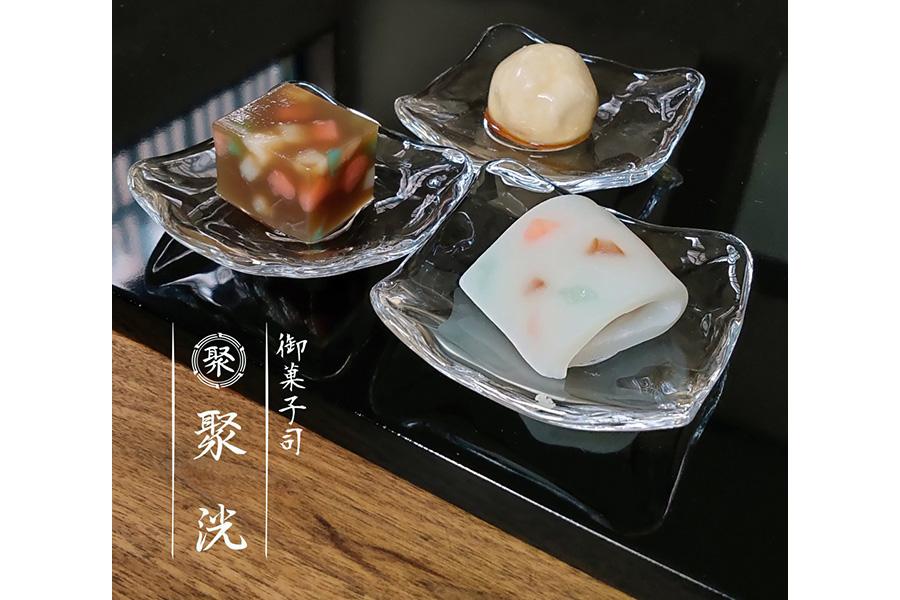 「御菓子司 聚洸」による2020年8月の生菓子。 竹内栖鳳《絵になる最初》をモチーフにしている