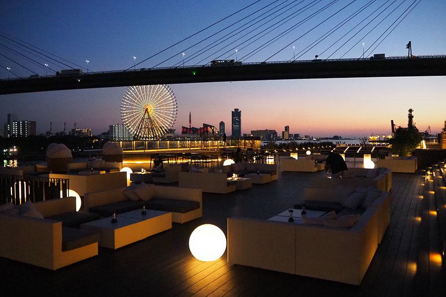 夜風が気持ちのいいオープンテラスは約100席。「ダイニング ブリックサイド」屋内席の利用も可能