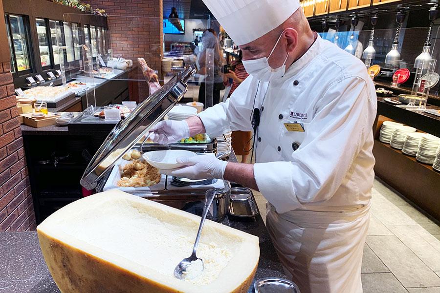 シェフおすすめの「チーズと和えるトリエステ地方のプルーンニョッキ」パルメザンチーズは自由に好みの量をかけれる