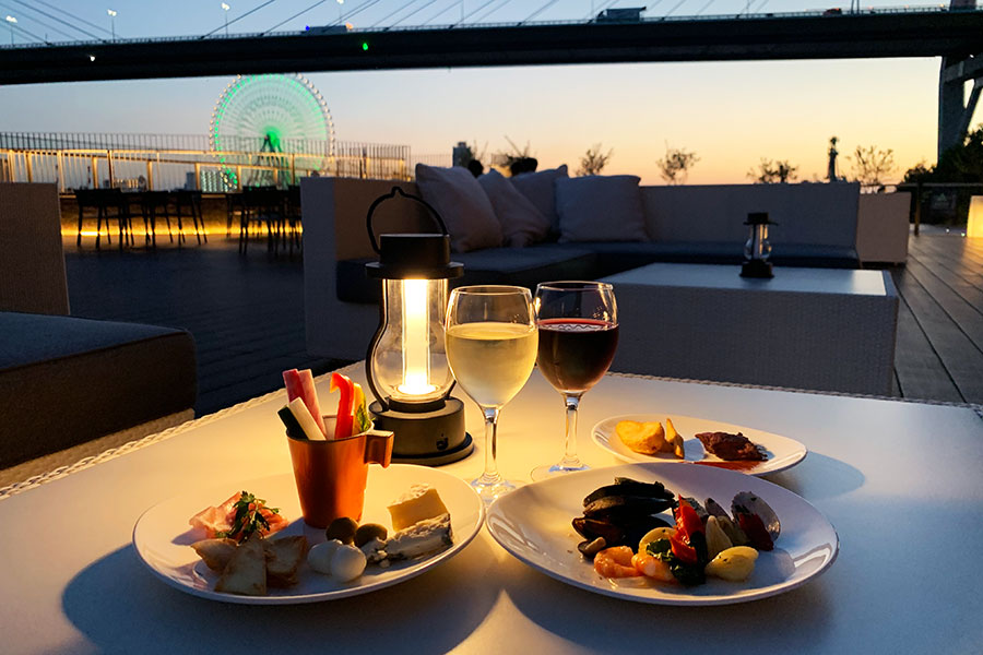 天保山の観覧車など、ベイエリアの夜景とともに食事が楽しめる「リバーサイド ワインテラス」