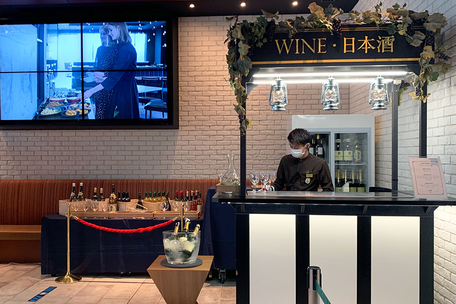 ワインコーナーにはソムリエが常駐。飲み放題プランではワイングラス12種、スパークリングワイン2種が楽しめる(単品・ボトルでの注文も可能)