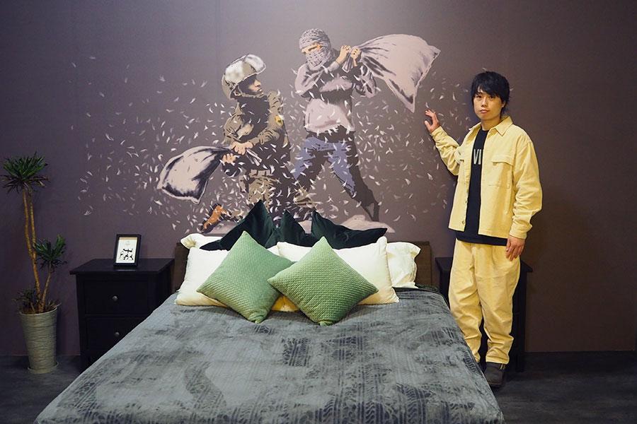 「ザ・ウォールド・オフ・ホテル」をイメージしたベッド。こんな感じで作品が部屋で楽しめるそうです