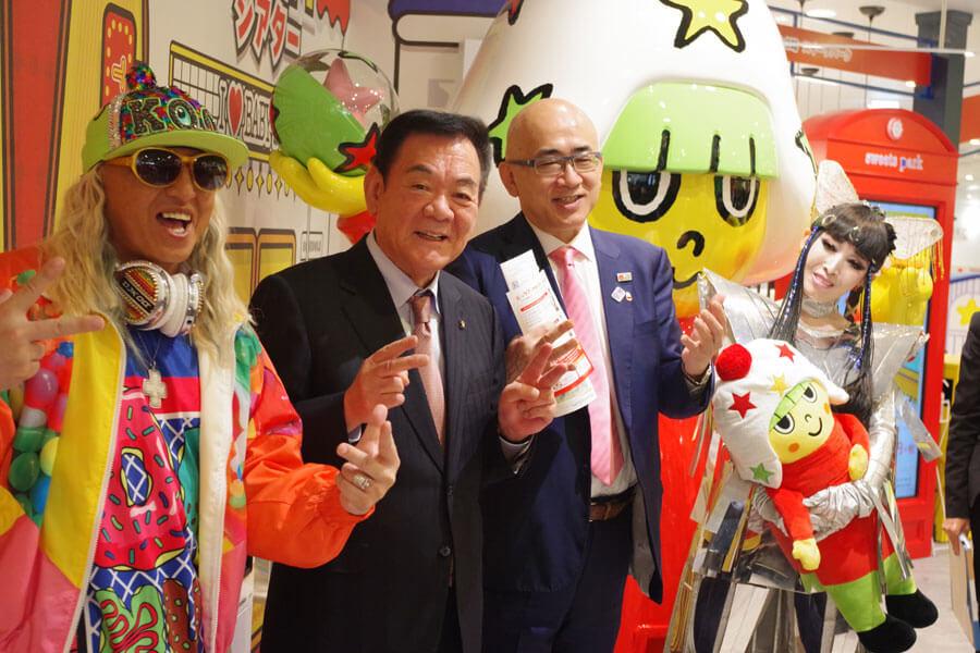 「リトルおやつタウンNamba」を訪れたDJ KOOと松田好旦代表、大阪観光局の溝畑宏理事長、プリンセス天功(10月29日・大阪中央区)