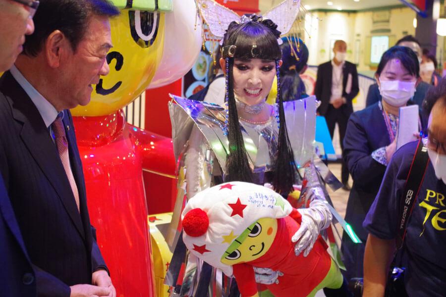 マイぬいぐるみを持って「リトルおやつタウン」を訪れたプリンセス天功(10月29日・大阪市中央区)