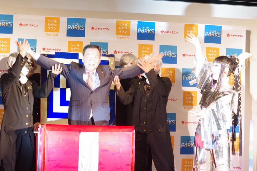 会見にプリンセス天功のイリュージョンで登場した「おやつタウン」の松田好旦代表、(10月29日・大阪市中央区)