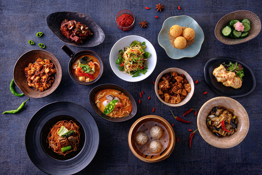 キュウリの甘酢、小籠包、海老のマヨネーズソース、香港式焼きそば、ゴマ団子などのメニュ0も楽しめる