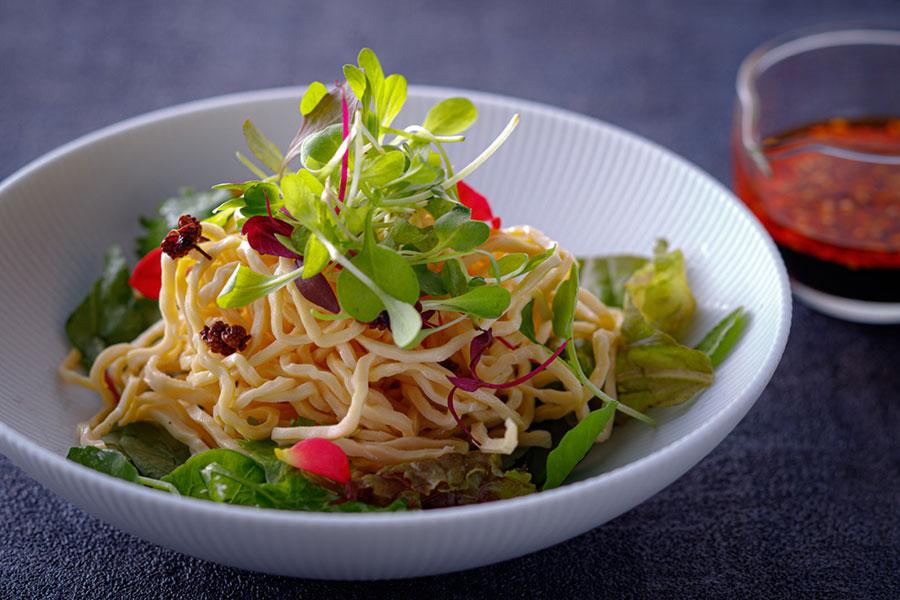 冷製麻婆豆腐サラダは、干し豆腐と特製辛味ソースと野菜を和えて