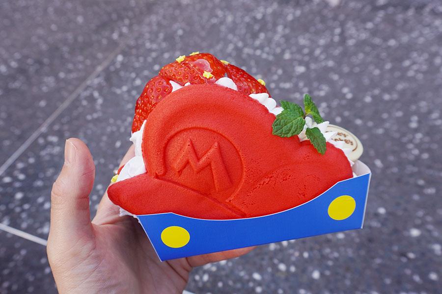 マリオの帽子をモチーフにした「パンケーキ・サンド マリオの帽子 〜いちごのショートケーキ〜」(700円)