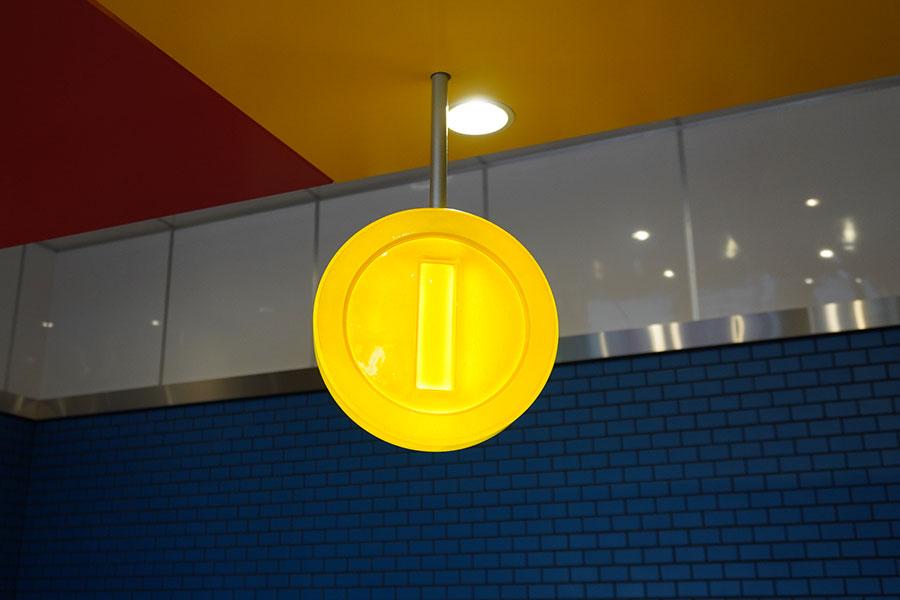 カフェのレジには、コインのランプがあしらわれている