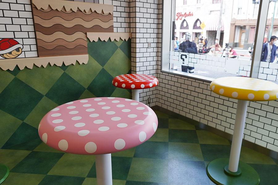 テーブルのキノコも色とりどりで、高さも違い、マリオのゲームそのもの