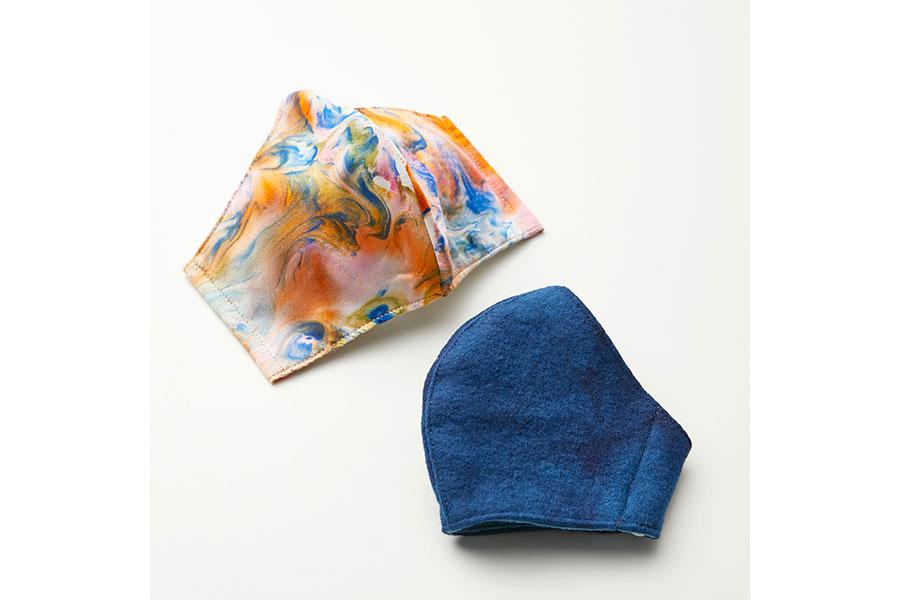 墨流し染めシルク、藍染めウールを使用。「染美堂」(2970円※限定数50)、「天然藍コトデモ」(2750円※限定数30)