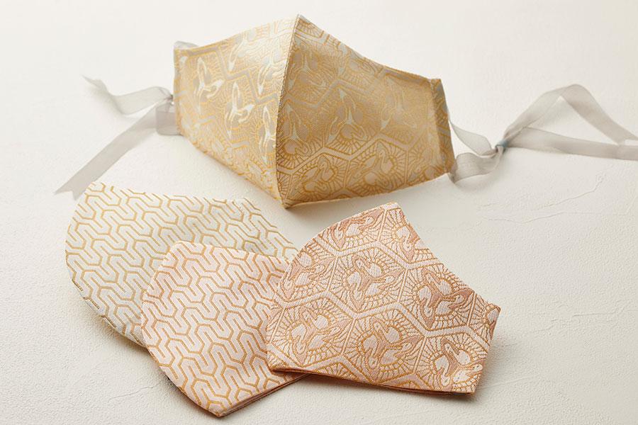 贅沢に金糸を織り込んだ金襴の絹織物。「西陣 岡本/tsuto」(各14800円)