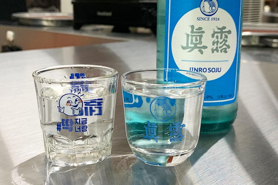韓国焼酎、チャミスル。グラスをはじめ、備品もメイドイン韓国でそろえ、どっぷりソウル旅気分に浸れる