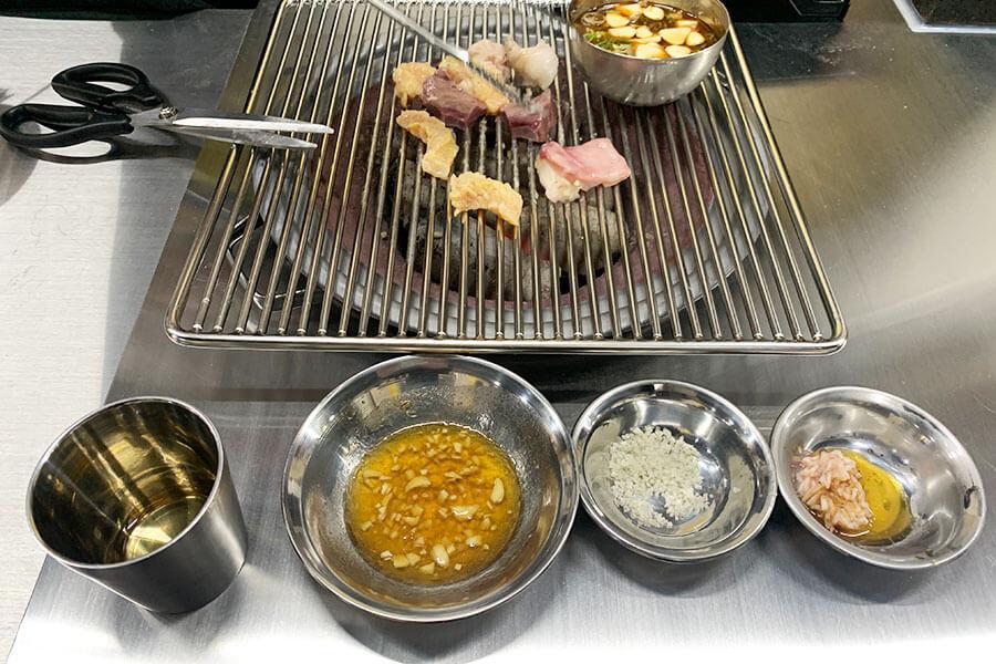 肉が焼けたら、酢入りのあっさりダレ、甘エビの塩辛入りごま油、塩をお好みで