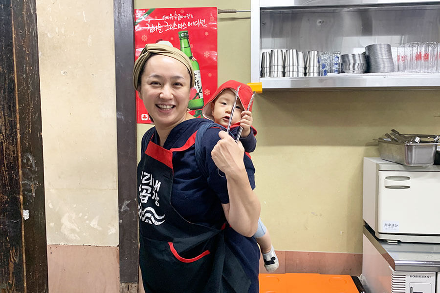 店主の奥さん、全咲子さんもベビーと一緒にカウンターを取り仕切る
