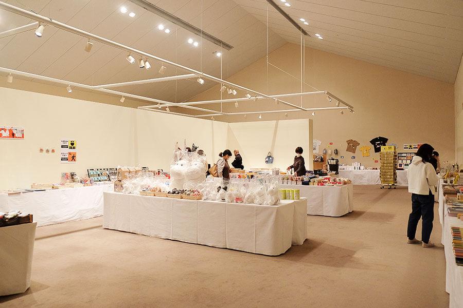 担当者が「グッズが収まりきらないので」と、グッズ会場を設けるほどの品数。展覧会オリジナル商品のほか市販グッズも多数