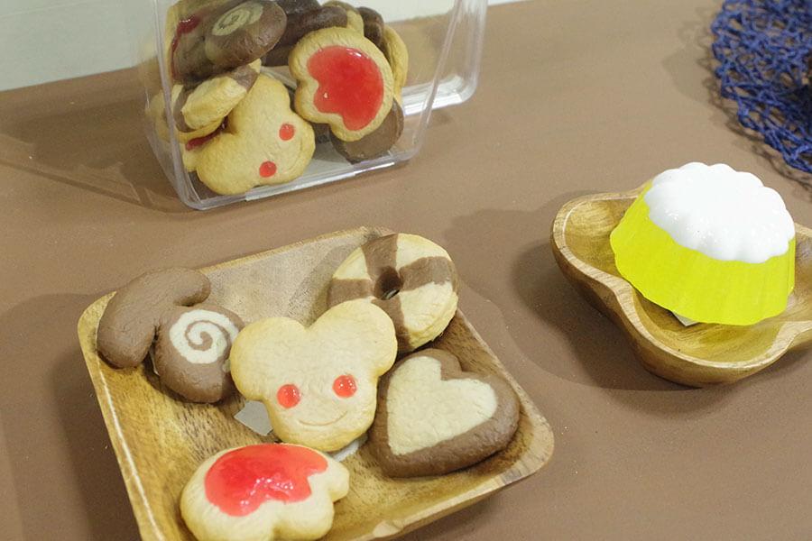 アニメに登場するクッキーを食品サンプルで再現。設定資料とともに展示されている
