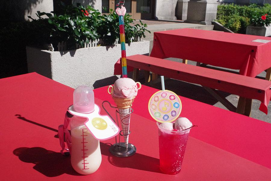 (左から)「「ハナちゃんの哺乳瓶ミルクセーキ」(1050円)、「ペペルトポロン風アイスクリーム」(900円)、「魔女見習いのクリームソーダ(どれみ)」(750円)※いずれも税込