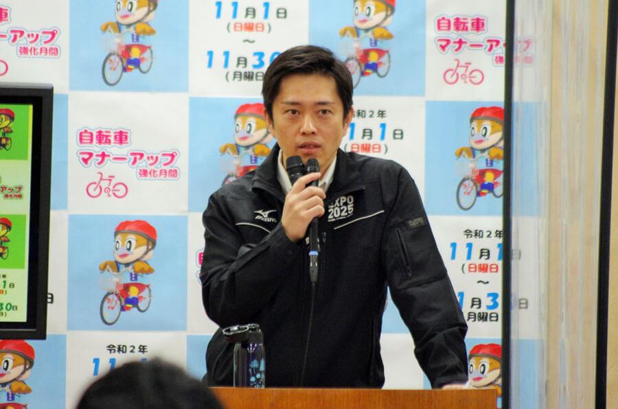 自転車乗車中のヘルメット着用を広く呼びかけた吉村洋文知事(10月21日・大阪府庁)