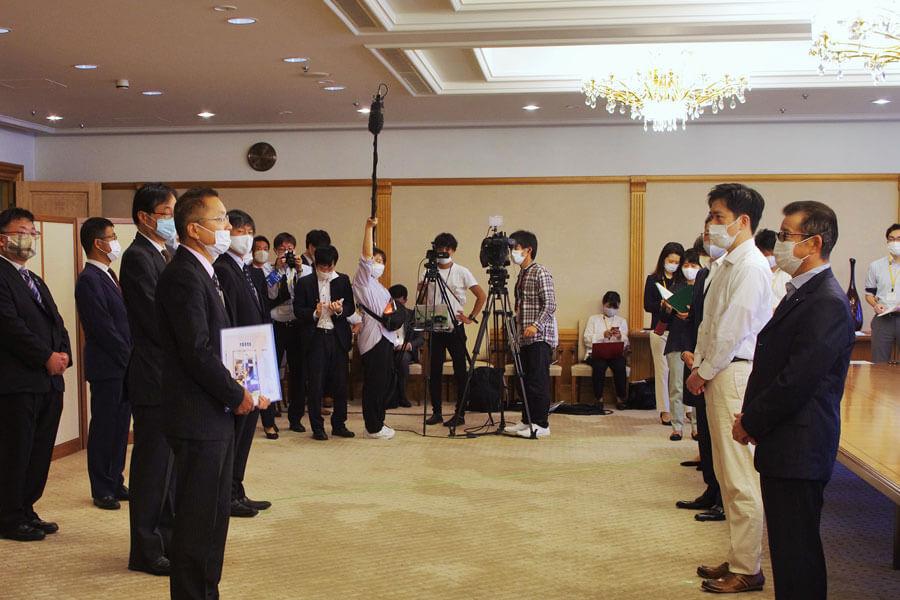 大阪府と大阪市の港湾局を統合した「大阪港湾局」が10月1日に設置され、発令・発足式がおこなわれた(10月1日・大阪市長公室)
