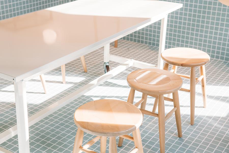 雨の日の水たまりをイメージした丸椅子(画像提供 青春)